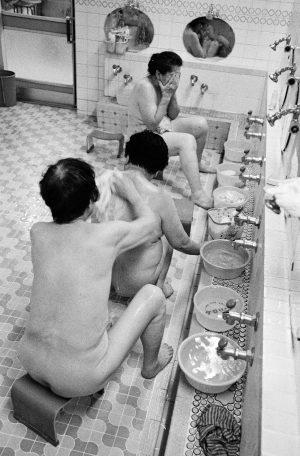 Sento, Frauen seifen sich gegenseitig den Ruecken ein in einem japanischen Badehaus, Japan, Waschhaus, Ort der alltaeglichen Reinigung, heisse Quellen, Heisse Becken, 06/2005 (Sento – The Japanese Bathhouse)
