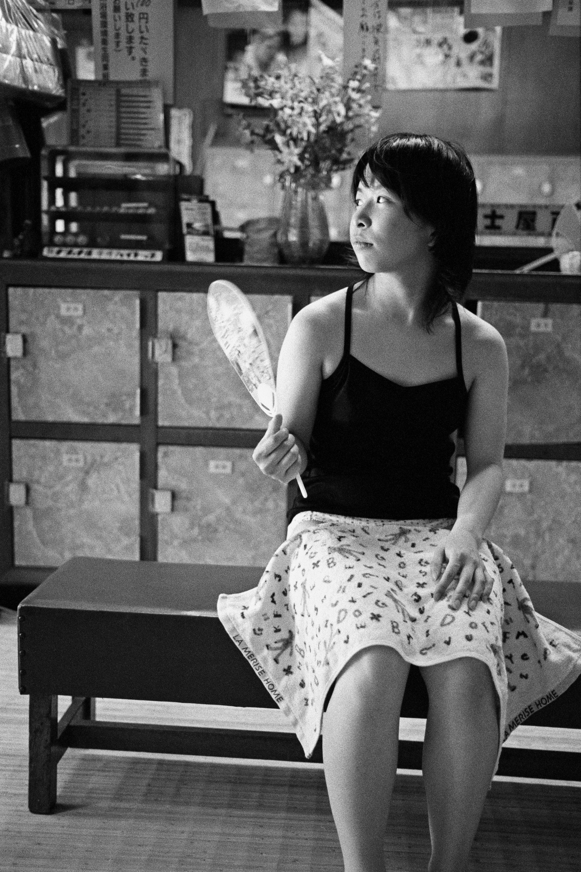 Sento, junge Frau entspannt mit einem Fächer in einem japanischen Badehaus, Japan, Waschhaus, Ort der alltaeglichen Reinigung, heisse Quellen, Heisse Becken, 06/2005 (Sento – The Japanese Bathhouse)
