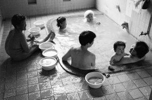 Sento, drei Generationen baden in einem Becken in einem japanischen Badehaus, Japan, Waschhaus, Ort der alltaeglichen Reinigung, heisse Quellen, Heisse Becken, 06/2005 (Sento – The Japanese Bathhouse)