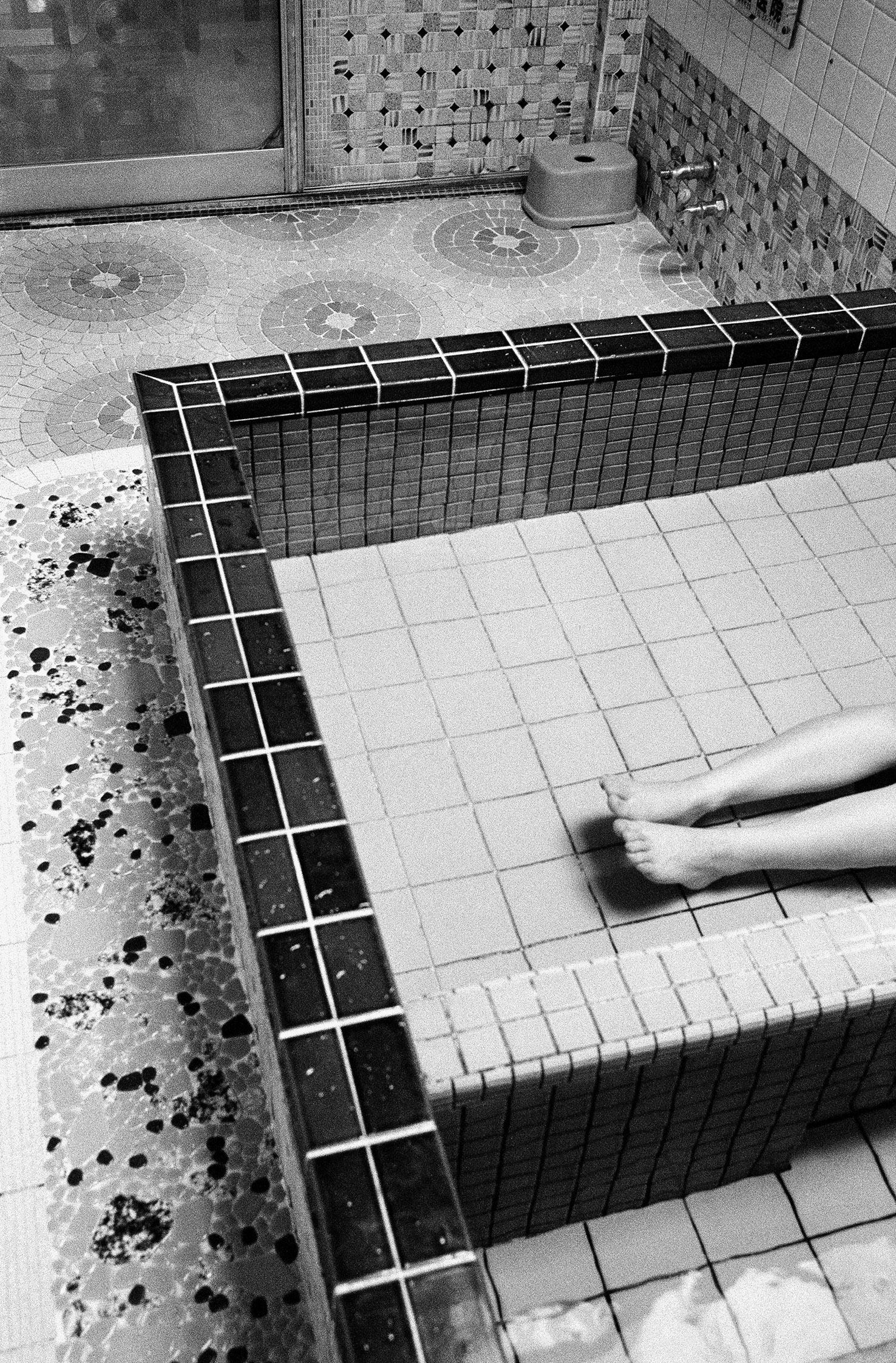 Sento, Füsse in einem Becken mit heissem Wasser, Entspannung (Sento – The Japanese Bathhouse)